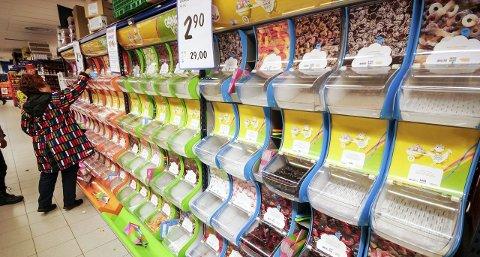 Rester: Det er ikke mye igjen  i godterihyllene, og når påfyllet kommer er vanskelig å si. Alle foto: Tor Christian Ødegaard