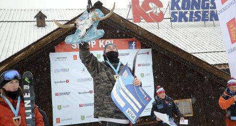 STORT: Seieren i BadAss havner helt på toppen av lista over store seiere for Henning Hansen Pytte. Her er han på seierspallen med vandretrofeet.