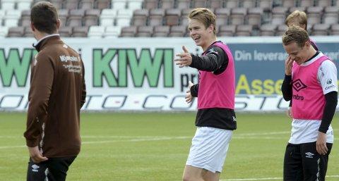 STORTRIVES: Smilet henger løst på MIF-treningene for William Sælid Sell. Han trives godt i brunt. Her er han med assistenttrener Bjarne K. Ingebretsen (t.v.) og Petter Havsgård Martinsen.