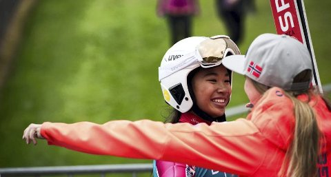 STOR DAG: Thea Sofie Kleven (t.v.) fikk mange klemmer etter den flotte seieren i COC-rennet på Lillehammer i september i fjor. Også i år har hun hatt en begivenhetsrik sesong.  arkivFoto: WC Lillehammer/NSF
