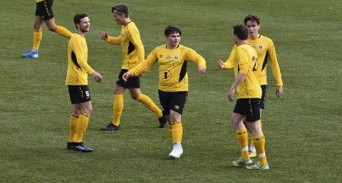 Lokaloppgjør: FK Lofoten (for anledningen i gult), vant komfortabelt i lokaloppgjøret mot Svolvær IL på Stranda stadion lørdag.Foto: Kristian Rothli