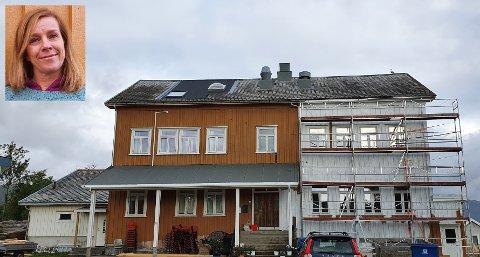 Den gamle skolen i Stamsund, som tidligere også var legesenter, males for tiden hvit. Det synes Tone Krüger er trist. Det er det riktignok ikke alle som synes. – Tilbakemeldingen vi har fått fra lokalbefolkningen er at det blir fint, sier Sten Roger Sandnes, eier av bygget.