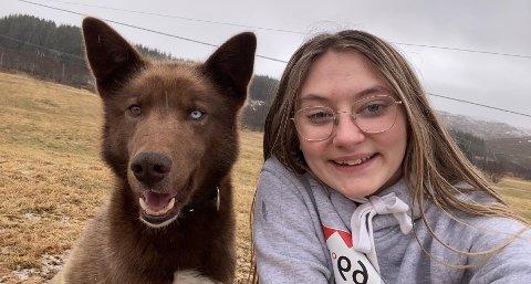 Lilja Kristin Martinsen med hunden Luna som hun har tatt vare på det siste året.