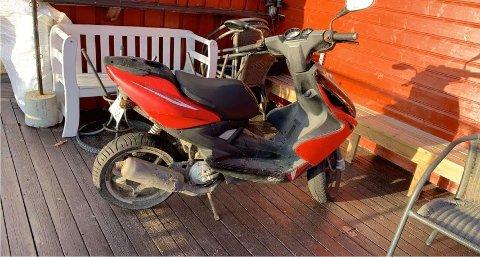 PARKERT: Mopeden er på nytt parkert på uteserveringen.