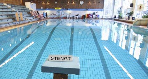 Slitent: Svømmeanlegget i Mossehallen er gammelt. Tirsdag var stupebrettet stengt, men på sikt kan hele bassenget stenges. Kommunen håper på samarbeid om en ny svømmehall på Høyda.