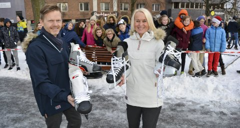 GLEDER SEG: Ordfører Tage Pettersen og leder Kristin Utakleiv i Moss i Sentrum med skøyter foran Verket-elever ved Kirkeparken i Moss tirsdag.