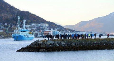 EN SISTE HILSEN: Slik så det da RV Lance kom inn Tromsøsundet fra sør  for en måned siden. De ansatte i Norsk Polarinstitutt sto på moloen og viste den en siste ære. Nå er skipet solgt. Foto: Ragnhild Gustad