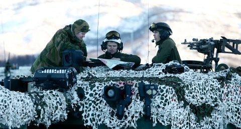 BEKYMRET: Oberstløytnant Ole Johan Skogmo er bekymret for øvingsmulighetene i Troms. Her studerer talsmannen for hæren (til venstre) kartet over øvingsområdet sammen med mannskapet på en av leopard–stridsvognene som deltar i Øvelse Rein 1, denne uka. Foto: Ola Solvang