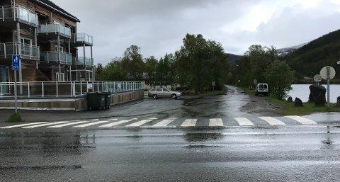 Denne avkjørselen fra E6 blir stengt når den nye brua kommer. Foto: Ola Solvang