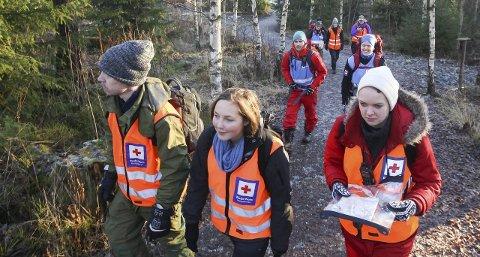 SØK: Her går Morten Nordbø, Viktoria Wallum og Nina Mariann Vesseltun, ut i skogen for å søke etter en student som skal ha rotet seg bort, på vei hjem fra Samfunnet.