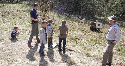 SKJØT BLINK: Å skyte med pil og bue på Oppegård-speidernes post i skogen var veldig populært under Friluftslivets dag i fjor. I år få du muligheten igjen. FOTO: METTE KVITLE