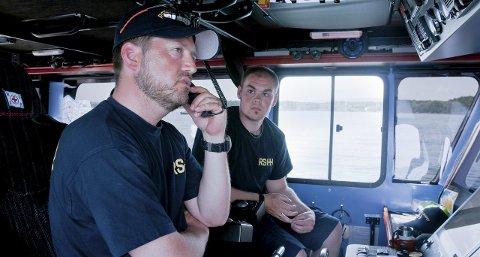 Klare til utrykning: Mannskapet på RS Bergesen 152 mottar samtale om assistanse fra totalmedlem. Begge foto: Redningsselskapet