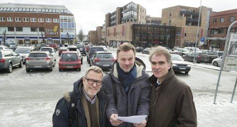 De tre sirkusdirektørene: Her på nedre torg skal Thorstein Granly (til venstre), Håvard Refsdal og Kai Jordahl arrangere SKIrkus på forsommeren, og teltene vil bli reist på plassen bak. FOTO: KARI KLØVSTAD