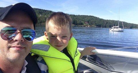 KOS: Vegar Flo har sammen med sin sønn, Tobias, hatt mange flotte båtturer gjennom sommeren. Nå vil han gjerne bidra til at også andre barn kan  få de gode båtopplevelsene.