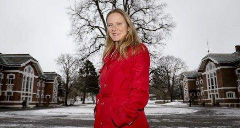 PÅ GRØNN FOT MED ERNA: – Jeg snakket om vårt bidrag til det grønne skiftet og hvor relevant vi er, sier Mari Sundli Tveit om møtet med Erna Solberg i statsministerboligen. Her foran det historiske universitetsmiljøet i Ås.