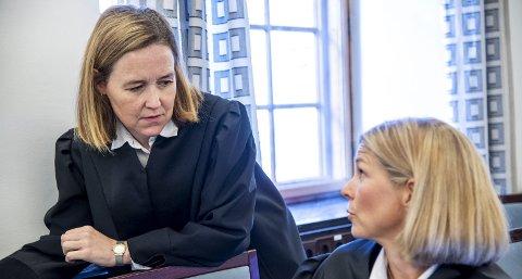 Politiadvokat Elisabeth Bru og bistandsadvokat Ingrid Aksnes i samtaler under rettssaken denne uken. Læreren er tiltalt for å ha utnyttet sin stilling til å skaffe seg sex med en av elevene på skolen der han jobbet.