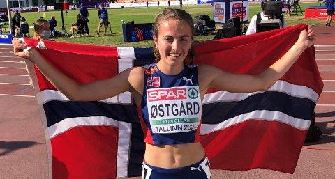 NY PERS: Ingeborg Østgård med det norske flagget rundt seg etter å ha blitt europamester i Tallinn. I helgen satt hun sterk pers på 800 meter.