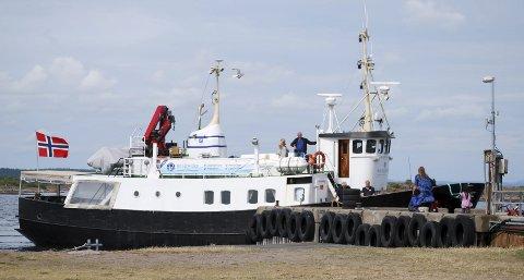Sommerens transport: M/S «Viksfjord» har gått til Østre Bolæren i sommer. Framover er det ønske om å utvikle båttilbudet hit og realisere en prøveordning til Verdens Ende. Foto: Ralf Haga