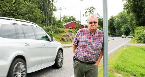 Bjørn Bjervig bor langs Vestveien på Tjøme, og synes fiber er fint, men nå opplever han forhold som setter en demper på gleden.