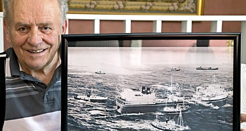 Tøff tur: 15 år gammel opplevde Olav Jan Lund monsterbølger i Sørishavet. Her med bildet av hvalkokeriet «Balaena» med hvalfangerbåter rundt i rolig sjø.Foto: Håvard Solerød