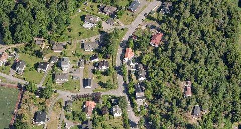 Stine og Chris Robin Berg  bor i et av husene i dette området og har spurt om gang- og sykkelvei.