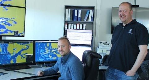 – Ved sjøtrafikksentralen i Brevik har vi fått et nytt tjenesteområde som betjenes, det er Kinn sjøtrafikkområde, sier trafikkleder Terje Halvorsen og sjøtrafikkledersjef Per Einar Johnsen ved Brevik VTS.