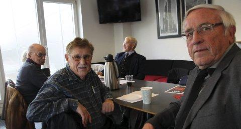 Ikke som før: Asbjørn Tangen (i midten av bildet)  sier han husker godt da det var 1. mai-tog i Rakkestad. Han har markert 1.mai fast gjennom over 50 år.  – Det har blitt annerledes. Det er ikke alle som flagger lenger heller, sier han til Rakkestad Avis.