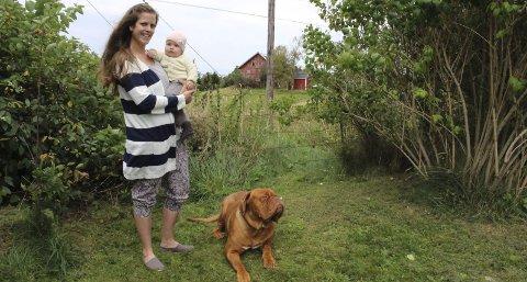 USIKKERT: Monica Løken Andersen ønsker seg et gjerde mot jernbanen som Ellinor (6 måneder) og hunden Kingston ikke kan komme gjennom. Foto: Elin Marie Rud