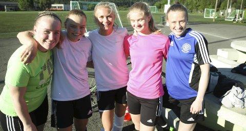 Optimister: Jentene i Gruben IL satser på scoringer og poeng i Oslo. Laget skal også spille en tv-sendt kamp under turneringen. Foto: Stian Forland