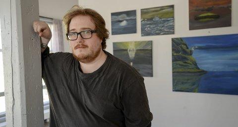 Salgsutstilling: Helge Norrman er årets kunstner under Bakeribyggfestivalen 12.–14. april. På veggen bak henger noen av maleriene han stiller ut under salgsutstillingen. Foto: Lisa Ditlefsen