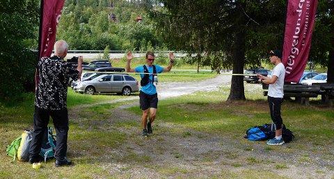 Her løper Gunnar Waage Skjeflo i mål som vinner av Telegrafruta Ultra. Skjeflo brukte under 6 timer på de 61 kilometrene over fjellet.