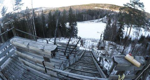 Uegnet: Ny E6 forbi Moelv blir nærmeste nabo til Domstubakken, og det planlegges et nytt hopp- og skianlegg i Næroset. Men Nye veger er i tvil om de ønsker å innløse bakken i Moelv.Foto: Arkiv