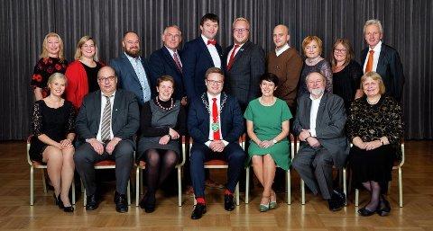 Fylkesutvalget: Foran fra venstre: Kjersti Bjørnstad (Sp), Per-Gunnar Sveen (Ap), Kjerstin G. Lundgård (Ap), fylkesorfører Even Aleksander Hagen (Ap), fylkesvaraordfører Aud Hove (Sp), Stein Tronsmoen (Sp) og Mari Gjestvang (Sp). Bak fra venstre: Siv Nermoen (politisk sekretariat), Anne-Marte Kolbjørnshus (Ap), Truls Gihlemoen (Frp), Rune Øygarden (H), Hans Kristian Enge (Ap), Bjørnar Tollan Jordet (SV), Johannes Wahl Gran (MdG), Anne Thoresen (Ap), Kari-Anne Jønnes (H)