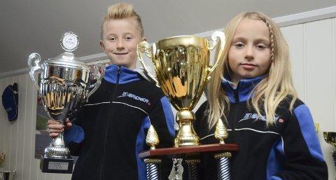 Stolte: Niklas (12) og Emma (9) viser fram noen store pokaler de allerede har fått på gokartbanen.