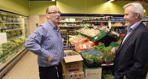 Hole-ordføreren i samtale med Rema-kjøpmann Jostein Rogne om post i butikk.