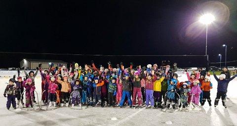 POPULÆR SKØYTESKOLE: 70 forventningsfulle barn var på Jevnaker Skøyters første dag med skøyteskole.