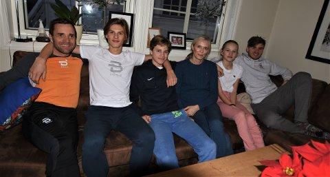 SKIFAMILIEN: Familien Sørgård er en aktiv familie. Det meste handler om ski, men også fotballen står sterkt – i hvert fall hos gutta. Fra venstre ser vi Krister, Jonas (18), Jørgen (16), Hanne, Emma (12) og Emil (20) i sofaen hjemme i stua i Haugsbygd.