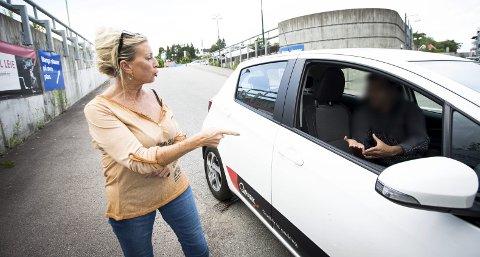 DISKUSJON: Tilfeldigvis møtte Gro Gabrielsen den samme parkeringsvakten, da Romerikes Blad skulle ta bilder av henne. Da fortsatte diskusjonen. Alle foto: Lisbeth Lund Andresen