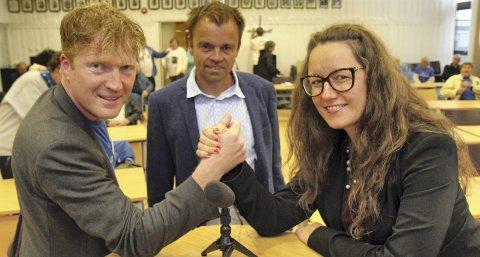 GOD DEBATT: Svein Tore Marthinsen flankert av to svært engasjerte og snakkesalige debattanter, Sigbjørn Gjelsvik og Marianne Grimstad Hansen. Debatten pågikk i nesten to timer uten pause. På tampen av møtet slapp tilhørerne til med innlegg og spørsmål. FOTO: KJELL AASUM
