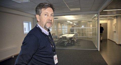 RYSTET: Leder for teknisk drift ved Avinor i Røyken, Asbjørn Gaustad, reagerer på sprengningen i området sist mandag. - Store rystelser kan føre til havari på utstyr som er nødvendig for å utøve flykontroll, sier Gaustad.