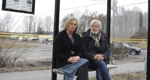 Venter: Tom Mathisen og Elin Weggesrud kan bli sittende lenge på denne bussholdeplassen å vente hvis forslaget om kutt i busstilbudet opprettholdes. Foto: Hege Frostad Dahle