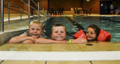 Bugården:  Brødrene Christian (til venstre) og Martin Oddenes og Nora Thon koste seg i vannet i svømmehallen mandag. Foto: Paal Even Nygaard