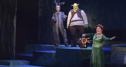 TRE PÅ LAG: Shrek, Fiona og Esel, spilt av Joachim Svendsrød, Mari Dodd Kjølstad og Oscar Zimmermann Greger, utgjør en humoristisk og sjarmerende trio.