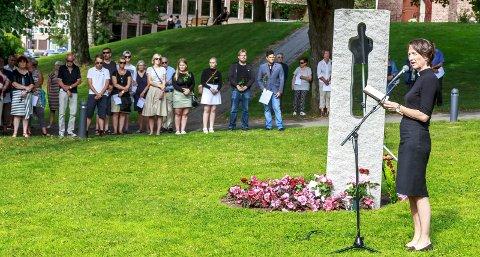 2016: Dette er fra minnemarkeringen 22. juli i fjor der prost Kari Mangrud Alvsvåg holdt talen. Godt over 100 personer var tilstede. I år blir det en stille stund med enkle kransenedleggelser.