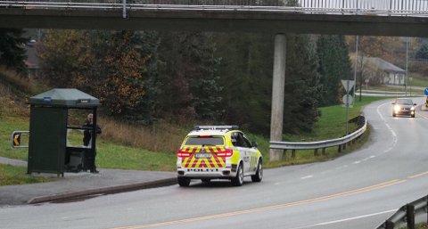 TORSBEKKDALEN: Politiet dukket opp etter hærverket på skuret i Torsbekkdalen lørdag ettermiddag.