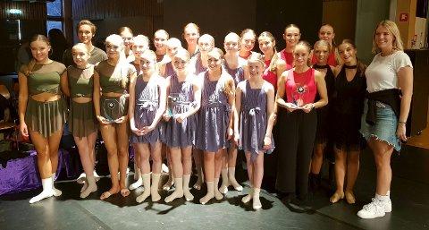 Bildetekst: Monica Solberg har her samlet hele troppen som hun jobber med i danseklubbens modernegruppe. Mange av dem er kvalifisert til EM i Praha. Foto: Privat