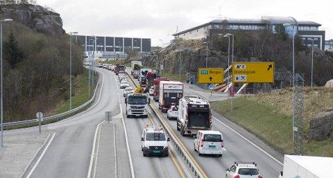Biltrafikken mellom Bergen og Sotra er på omlag 27 000 biler per dag. Dette koster samfunnet store summer.