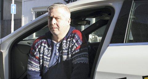 HÅPER PÅ EN FORANDRING: Fagansvarlig Bernt Tvete (49) ved VIP trafikkskole mener at tiden er moden for fase ut ordningen med førerprøven der hvor majoriteten fortsatt kjører opp til biler med manuelle gir. I dag selges det nesten utelukkende biler med automatgir.