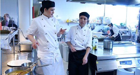 Kristina Myrseth, soussjef på Rica Airport Hotel og Heidi Jørgensen, kokk på Rica Forum, gjør siste finish på tallerkenene før de skal inn til prøvesmaking blant hotellkjedens ansatte.