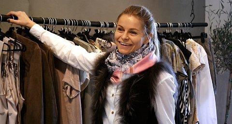 """Silje Rosvold, innehaver av """"Bohemia"""" i Solakrossen, kan smile bredt over å ha sikret seg designerens nyeste kolleksjon."""